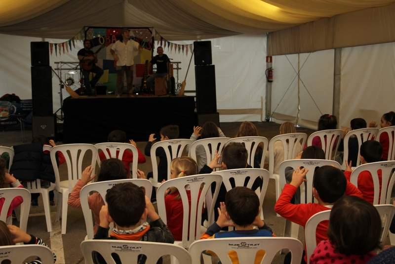 Trobadorets actua per als xiquets de Vilafamés
